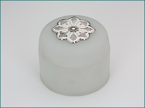 Opaline koektrommel met zilveren beslag op de deksel 1868-1887-0