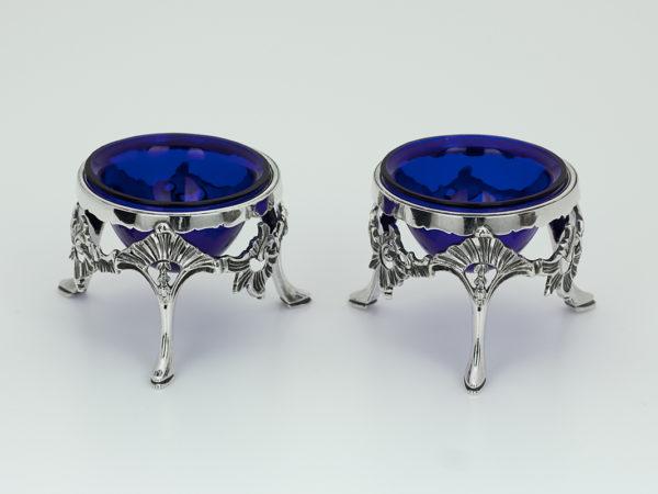 Een stel zeldzame zilveren zoutenvaten met blauw glas uit Weert ca. 1775-0