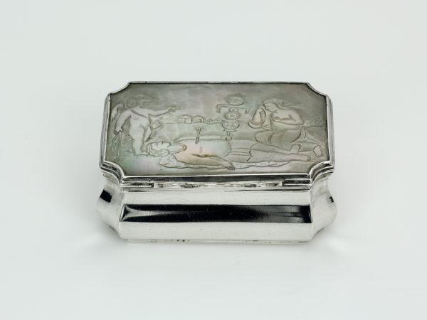Zilveren snuifdoos met parelmoer deksel uit 1775-0