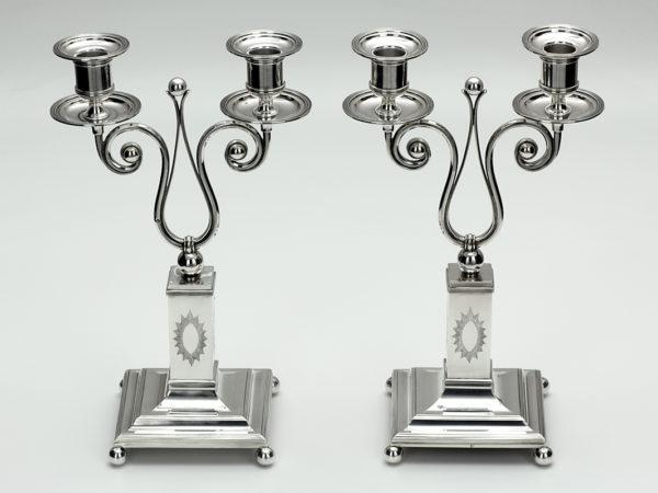 Stel zilveren tweelichtskandelaars met uitneembare bobeches uit 1905-0